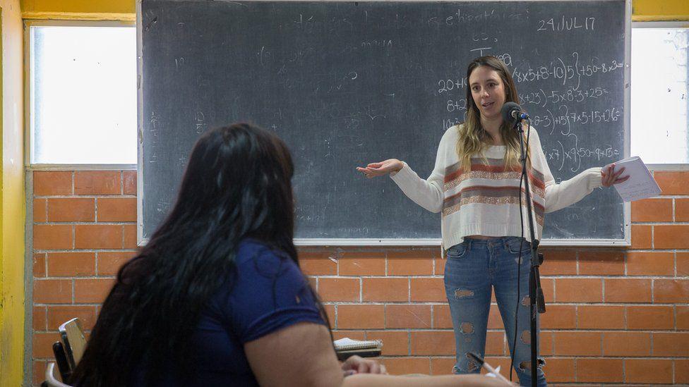 Sofía Niño de Rivera giving her stand-up workshop in prison