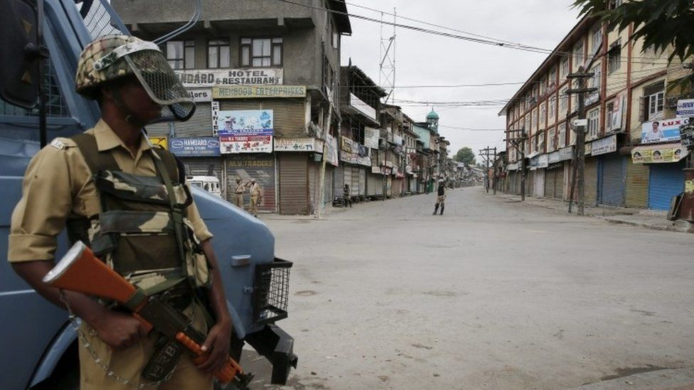 Indian paramilitary soldiers stand guard during curfew in Srinagar (16 July 2016)
