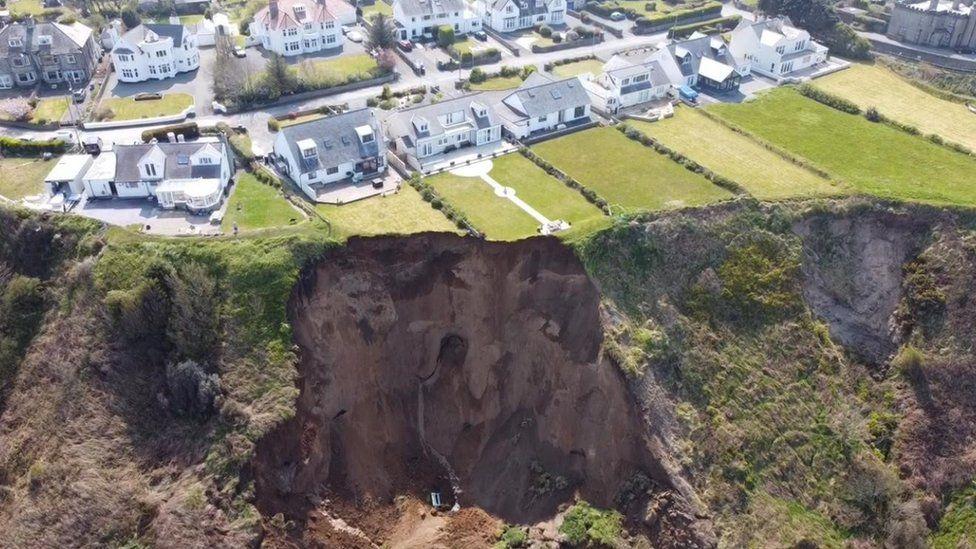 Playa de Nefyn: la tierra se abre, deslizamiento causa destrozos.