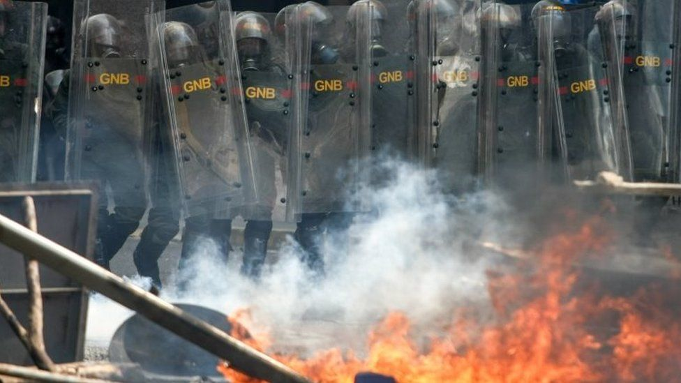Members of the Bolivarian National Guard (GNB) block the passage to a demonstration against the government of President Nicolas Maduro in Caracas (26 April 2017)