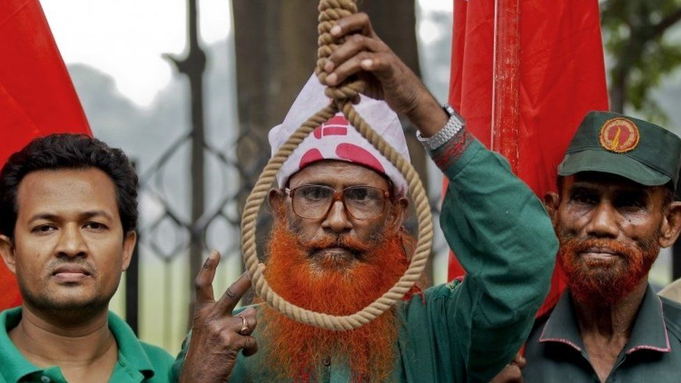 Bangladeshi campaigners for capital punishment for war criminals demonstrate outside the Supreme Court (18 November 2015)