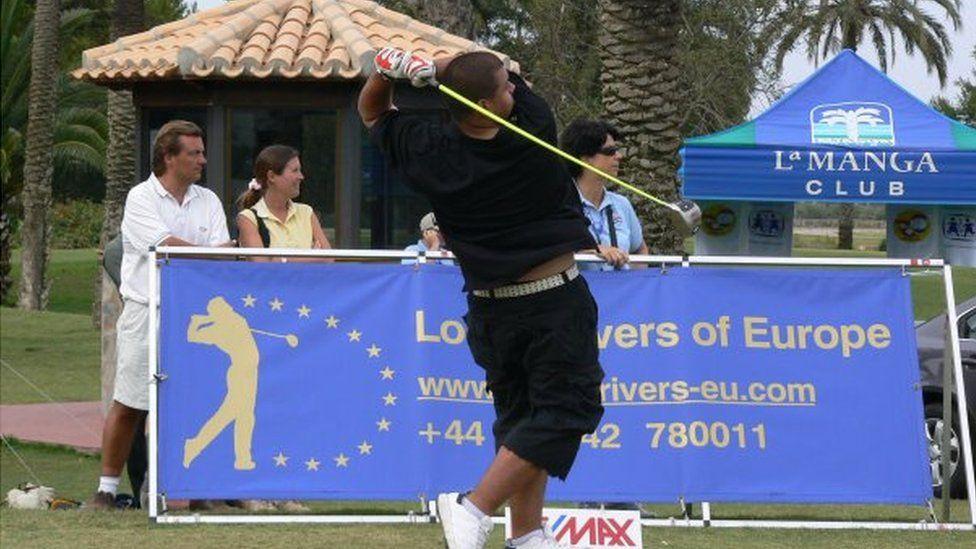 Chris Roberts yn golffio