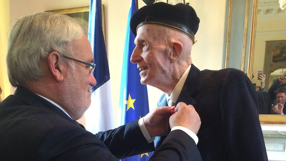The French Minister for Veterans and Remembrance, Jean-Marc Todeschini, paid tribute to Sir John Leslie as he presented him with the award