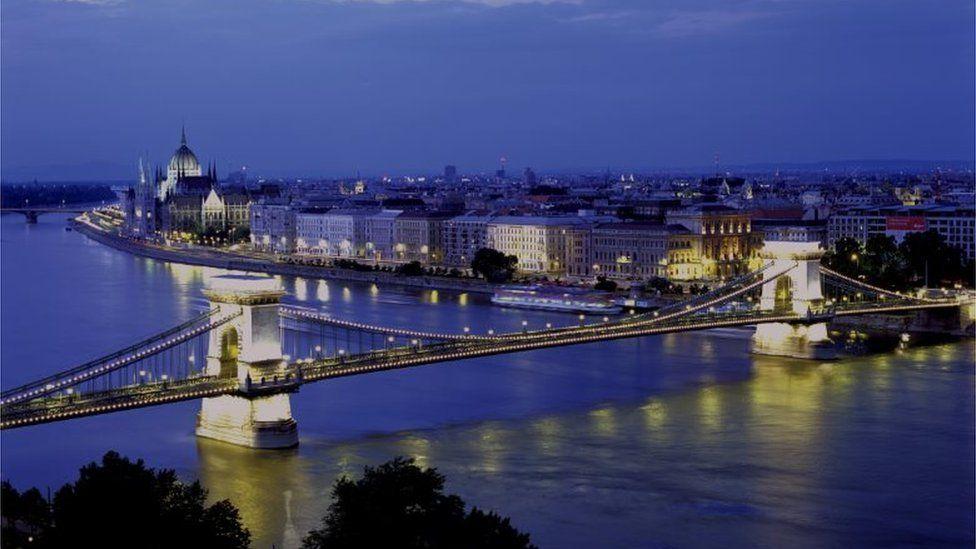 Szechenyi Lanchid Chain Bridge over the River Danube, Budapest