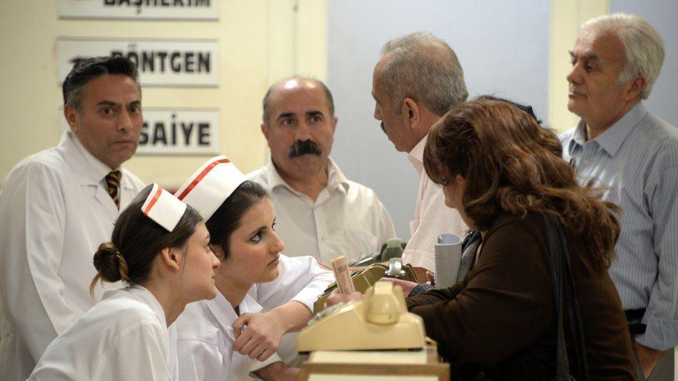 A scene from Turkish drama Seksenler