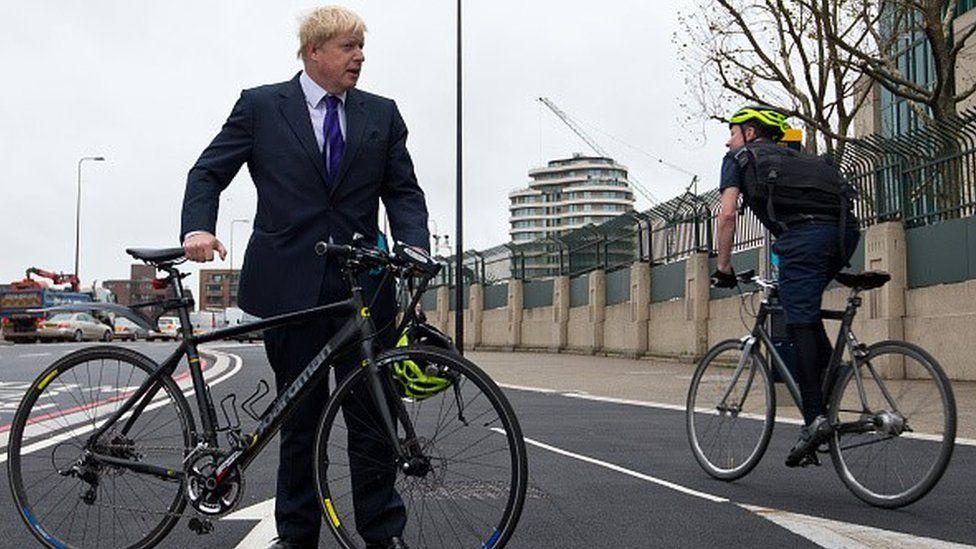 Boris Johnson and cyclists on Vauxhall Bridge