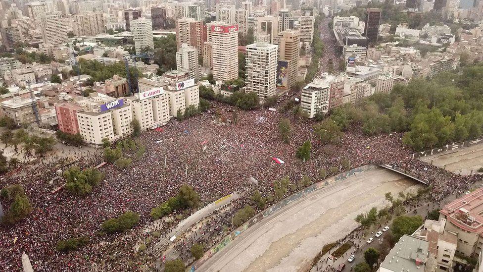 La manifestación de este viernes ya fue calificada como la más masiva desde el retorno de la democracia a Chile.