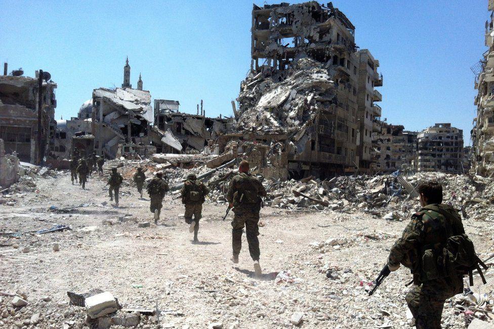 Syrian soldiers patrol in Khalidiya, Homs (28 July 2013)