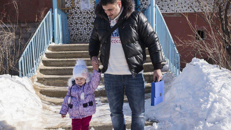 Арам с Настей возле дома