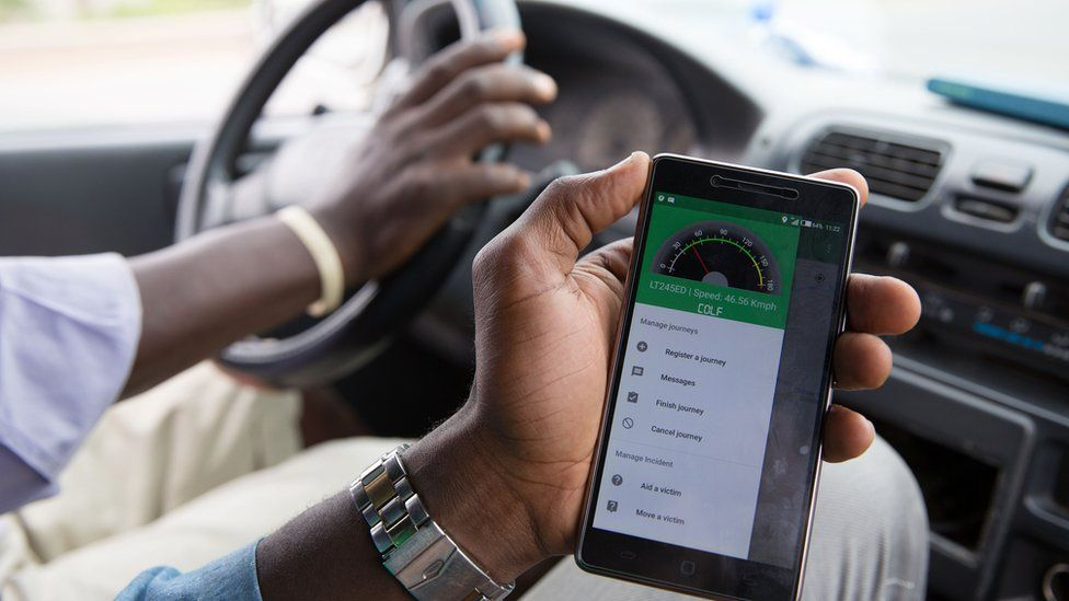 A man in a moving car opens the Travaler application on his mobile.
