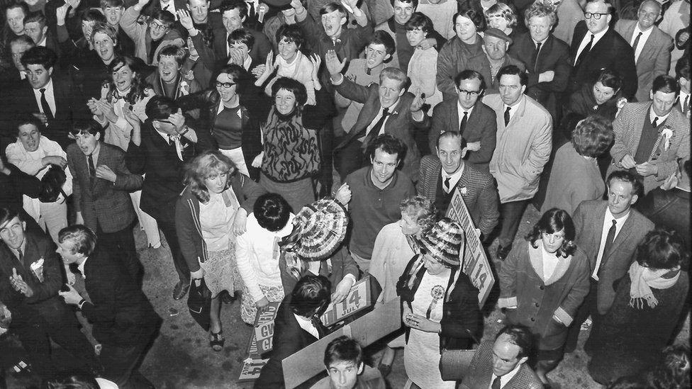 Sgwâr Caerfyrddin dan ei sang i glywed canlyniad syfrdanol is-etholiad Caerfyrddin, 14 Gorffennaf 1966