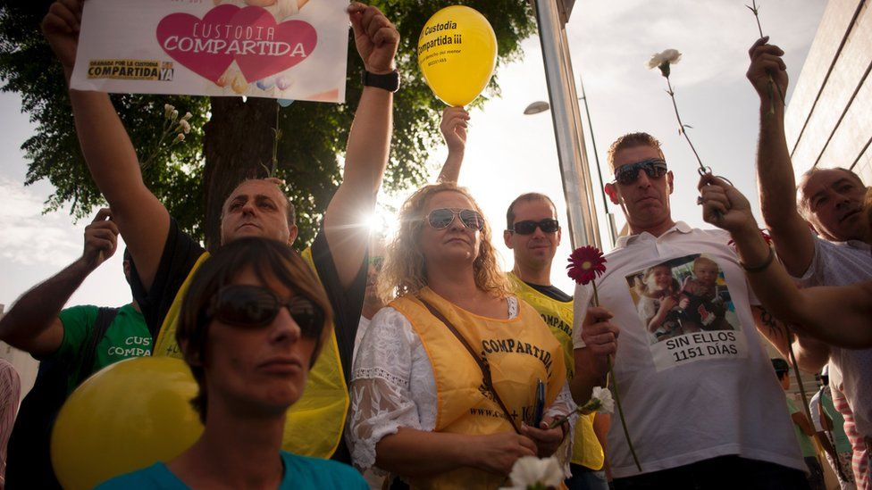 Pro joint custody demonstrators gather to support Francesco Arcuri in front of the court of Granada on 8 August