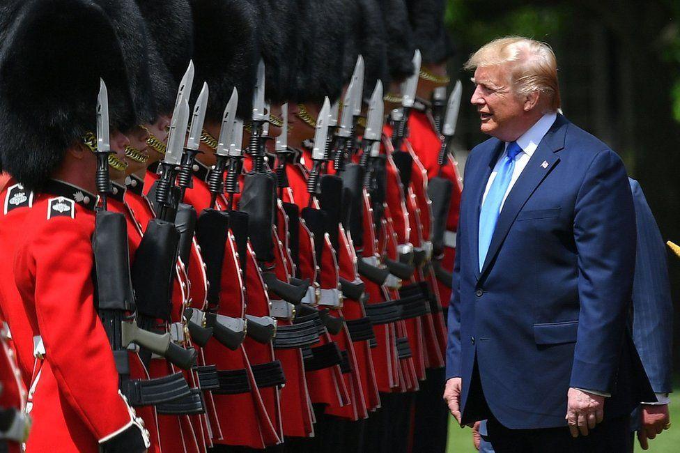 Trump inspeccionando una guardia de honor en la ceremonia de bienvenida.