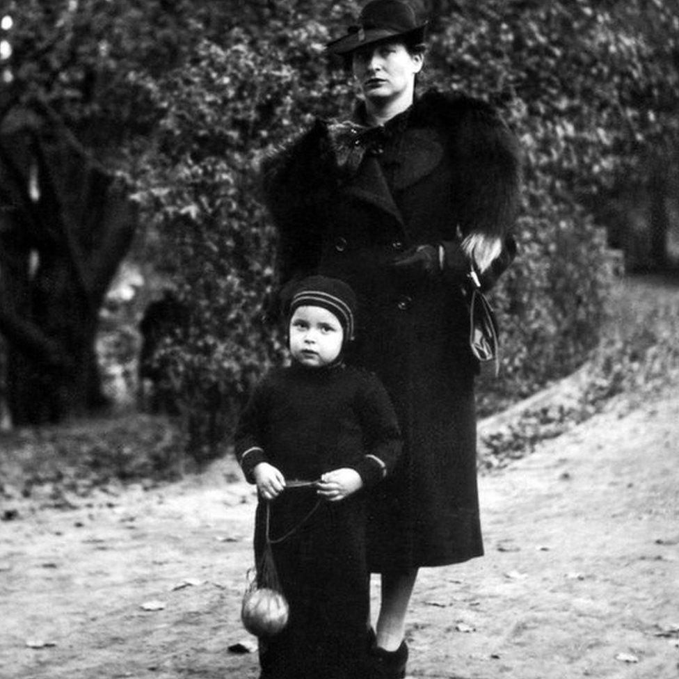 Eva Zusman and her daughter Anita in Antwerp, 1939. Eva is wearing the fur coat.