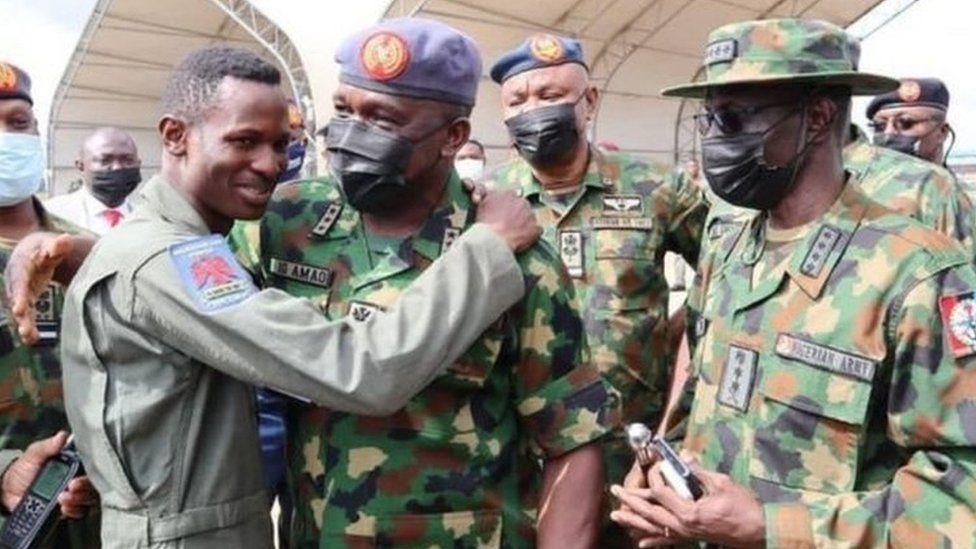 Lieutenant d'aviation Abayomi Dairo avec le chef d'état-major de la Force aérienne, le maréchal de l'air Oladayo Amao