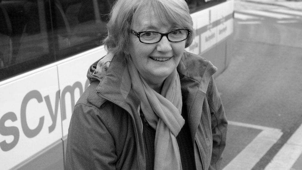 Mae Eirwen Jones o Gaerfyrddin yn dal y bws yn Aberystwyth er mwyn mynd i Gaernarfon i edrych ar ôl plant y ferch, Menna.