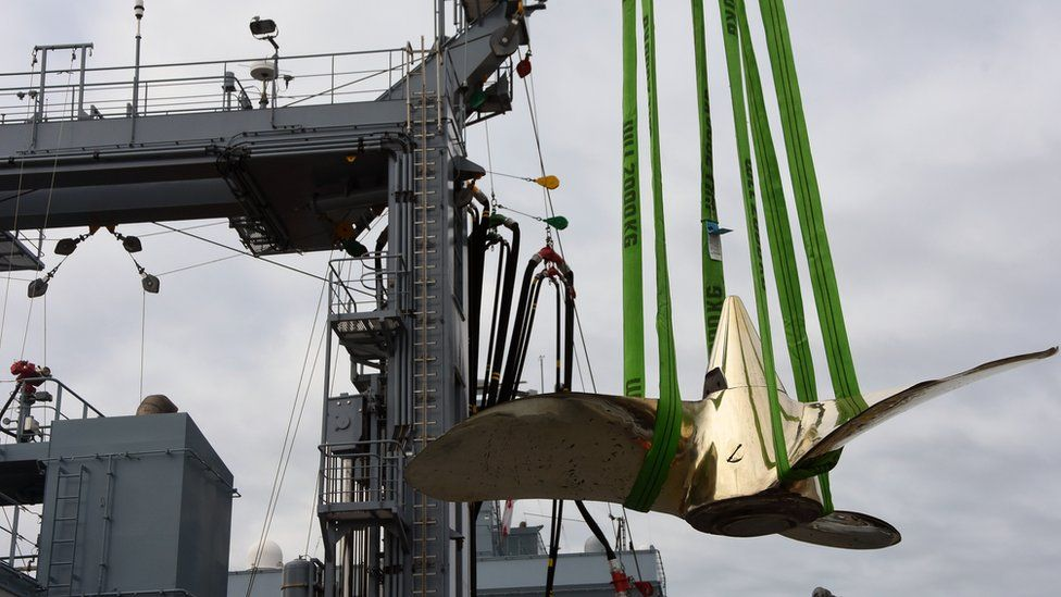 Propeller from UC-75 loaded onto the FGS Bonn in Plymouth