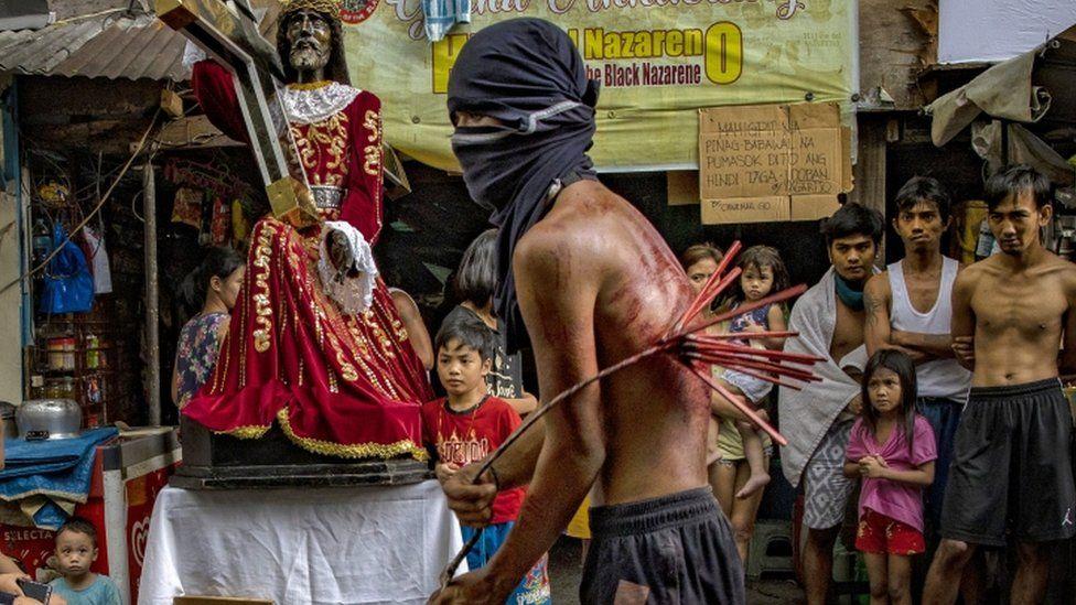 Un flagelante en Manila, Filipinas, azota su espalda como penitencia, desafiando las órdenes del gobierno de evitar las ceremonias religiosas - 10 de abril
