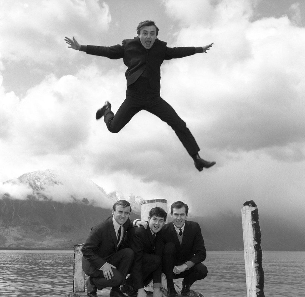 Gerry Marsden leaping over his supporting Pacemakers