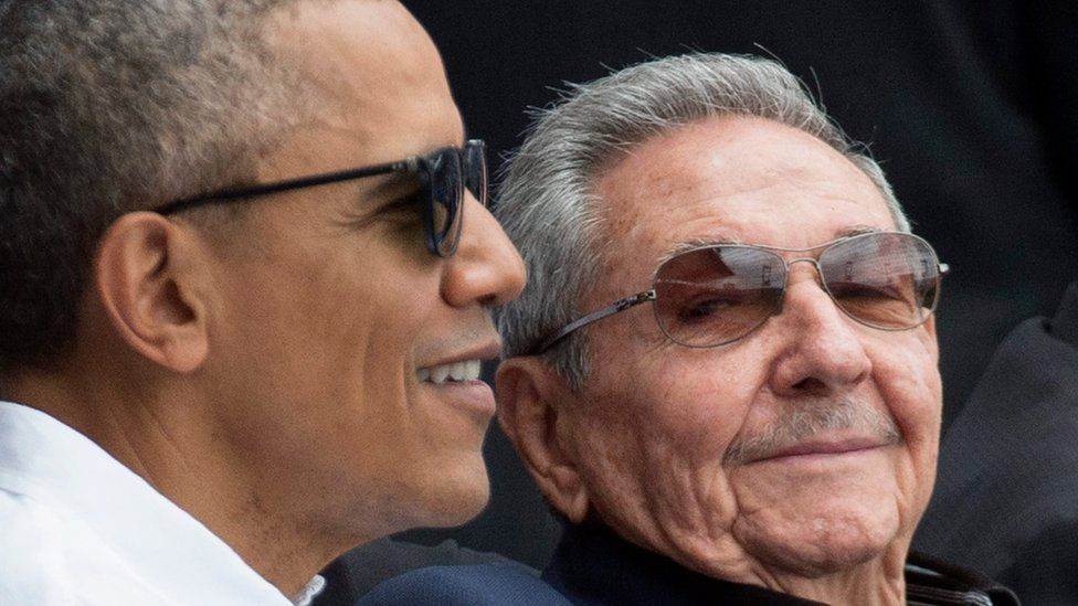 US President Barack Obama (L) and Cuban President Raul Castro (R) attend a baseball game in Havana, Cuba (22 March 2016)