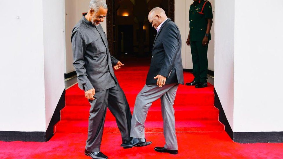 Magufuli exchanging a foot greeting with opposition politician Maalim Seif Sharif Hamad