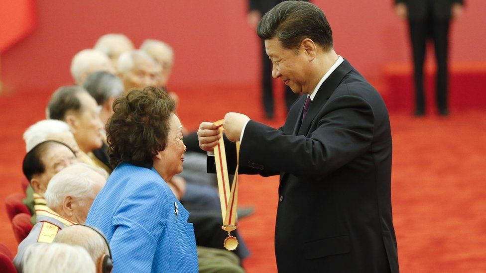 Anna Chennault receiving a medal from Xi Jinping