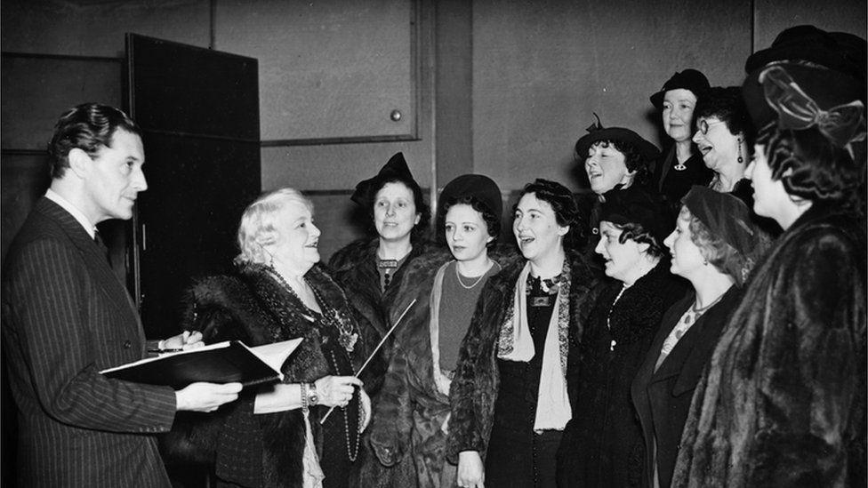 Ivor Novello, Clara Novello Davies a chôr y Welsh Ladies roedd Clara yn ei arwain