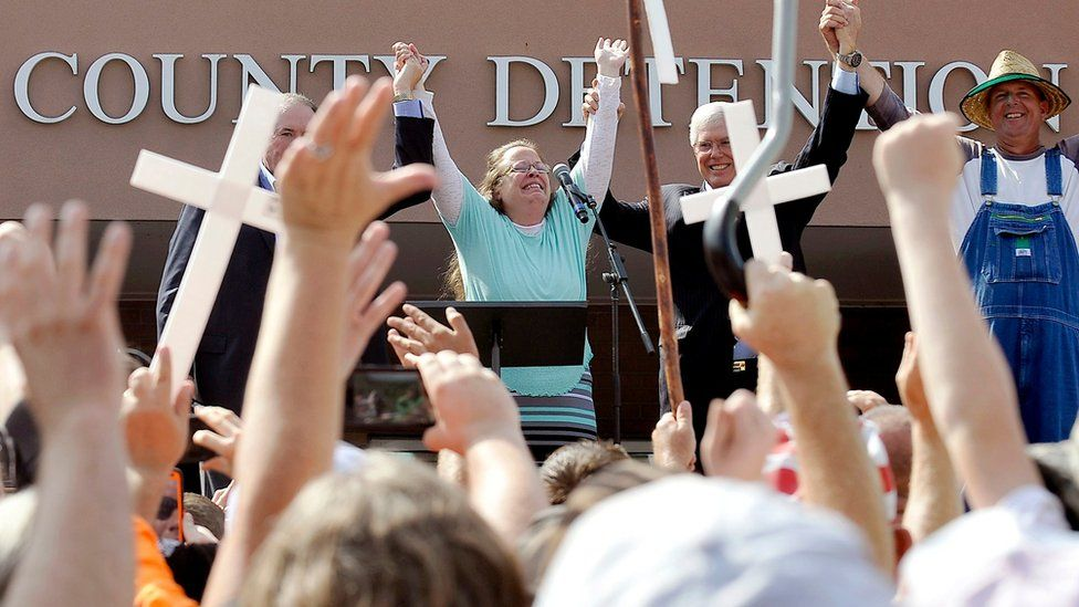 Rowan County Clerk Kim Davis, flanked by Republic presidential candidate Mike Huckabee (L), Attorney Mathew Staver (2nd R) and her husband Joe Davis (R) celebrates her release from the Carter County Detention Center in Grayson, Kentucky on 8 September 8