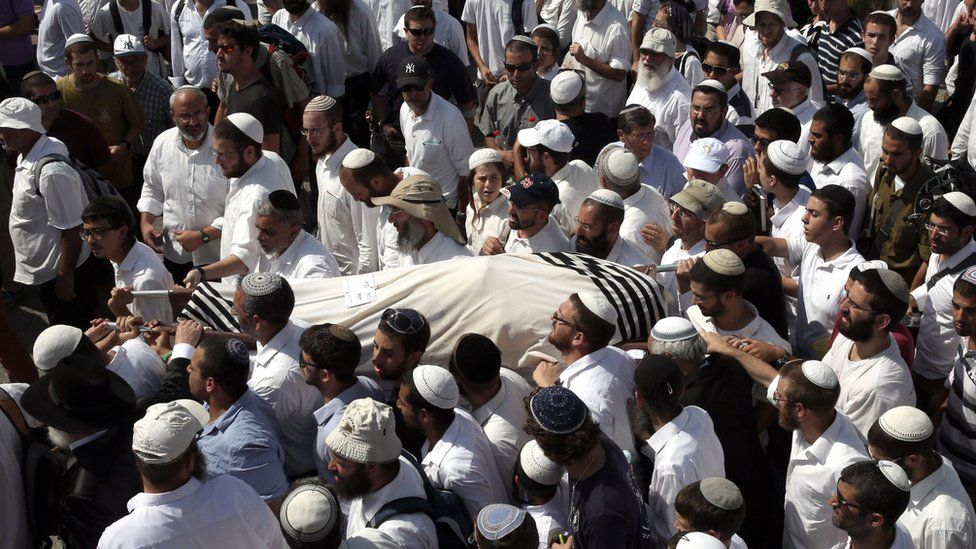 Friends and relatives carry the body of 41-year-old Israeli Nechamia Lavi, who was killed when he rushed to help victims of a knife attack carried out by a Palestinian man (4 October 2015)