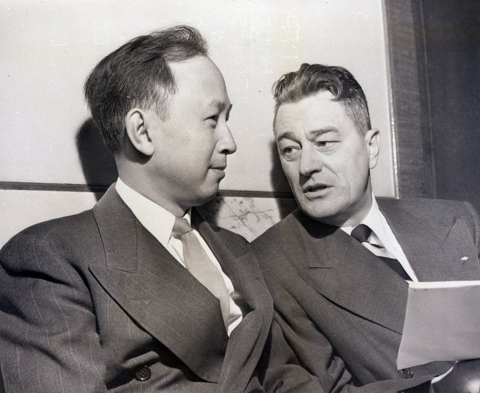 Qian Xuesen and his lawyer, Grant Cooper, at a deportation hearing in November 1950