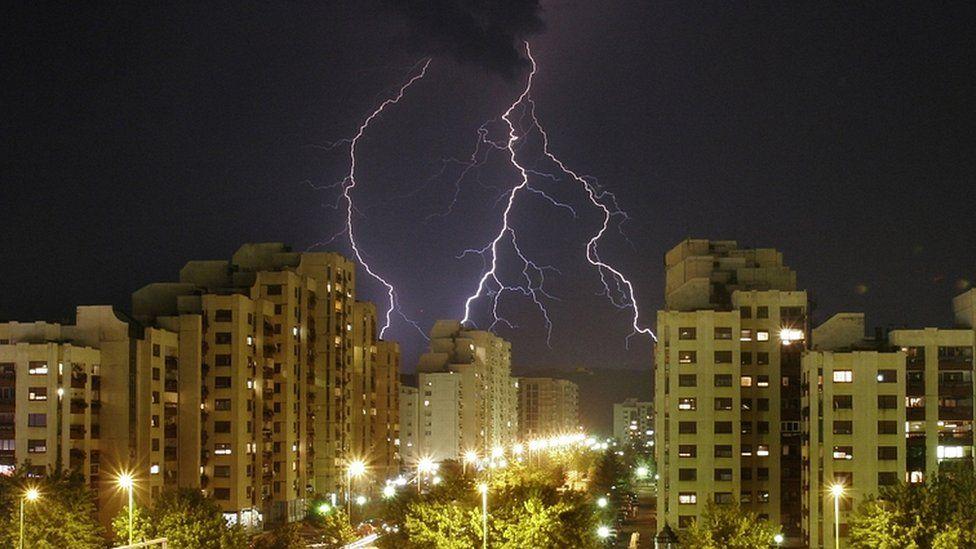 La mejor estrategia para evitar que te alcance un rayo durante una tormenta eléctrica