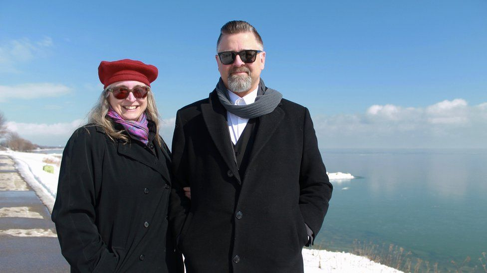 Tina ve Jason Prigge Michigan Gölü önünde dururlar