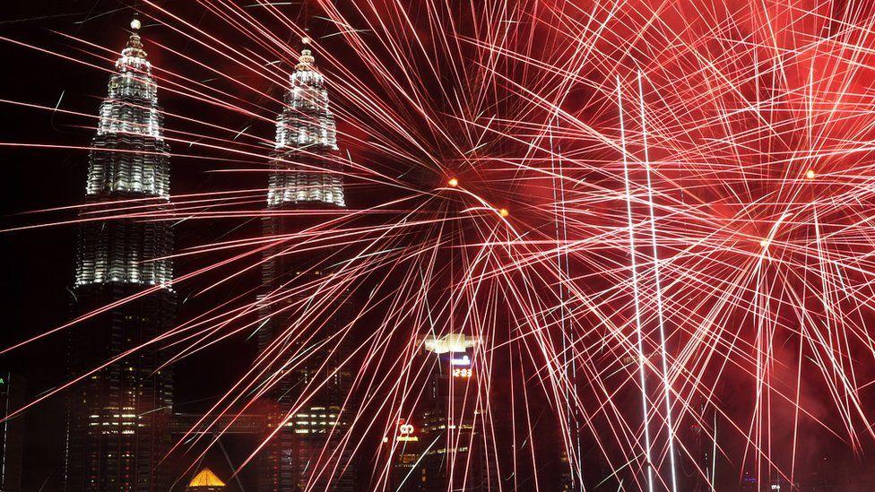 Malezya'nın Kuala Lumpur kentinde bulunan Petronas Kuleleri'nin önünde patlayan havai fişekler objektiflere böyle yansıdı.
