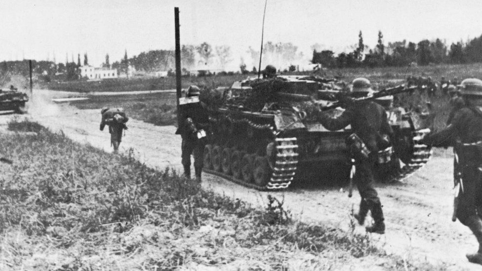 Poland still counts losses from WW2 invasion - BBC News