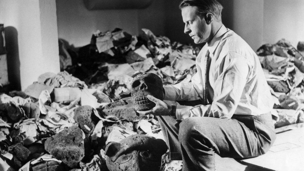 Thor Heyerdahl with artefacts from Easter island. Photo: 1957