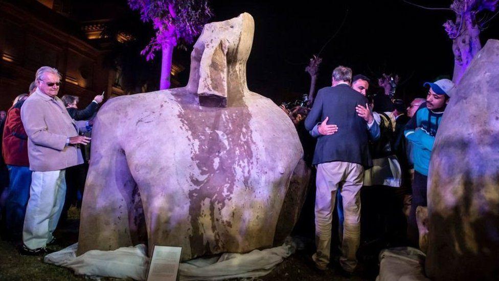 Los jeroglíficos que pueden revelar la identidad de la enorme estatua descubierta en Egipto