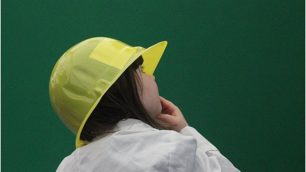 Macsi'n pwyso a mesur - un o beirianwyr y dyfodol yn y Babell Gwyddoniaeth a Thechnoleg. // A young engineer of the future at the Science and Technology tent.