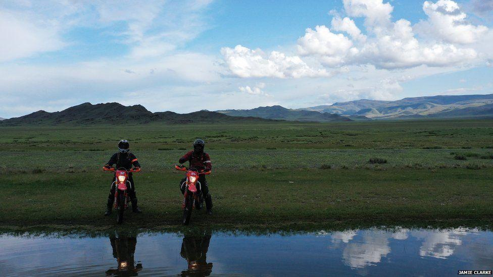 Jamie Clarke y su hijo en Mongolia
