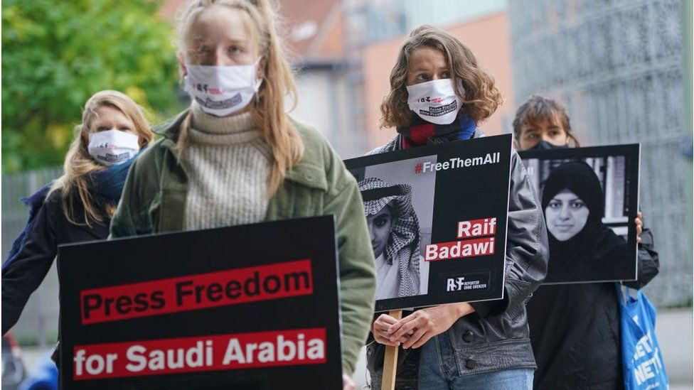 Supporters of Reporters Without Borders hold protest outside Saudi Arabian embassy in Berlin (02/10/20)
