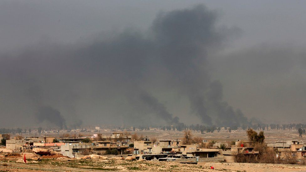 Smoke rises from western Mosul after a US-led air strike (27 February 2017)