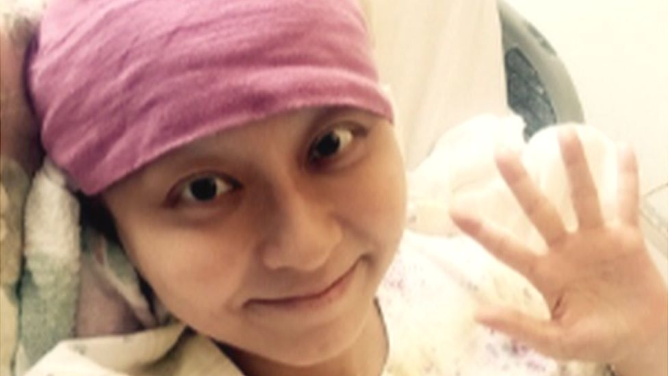 Mao Kobayashi waving from a hospital bed