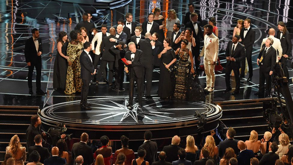 Warren Beatty with Jimmy Kimmel and cast and crew members from Moonlight and La La Land