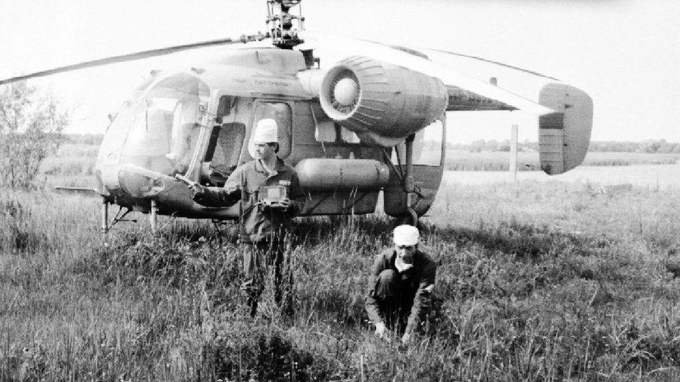 Gennady Laptev (sağda) 1986 yılında her gün santralin yakınlarına helikopterle seyahat ederek toprak örnekleri toplamıştı.