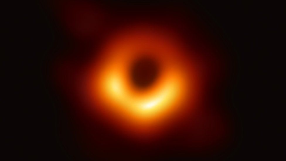 Black hole Image copyright EHT Image caption 初めて撮影されたブラックホール。