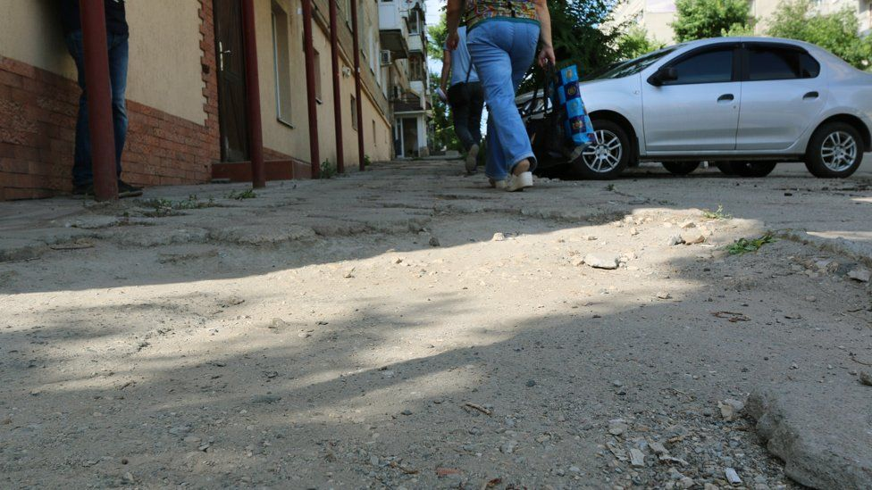 Разбитый тротуар на улице Вольская