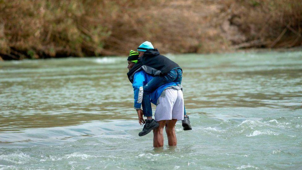 Que a imagem sirva para evitar novas mortes, diz fotógrafa que clicou pai e filha afogados em fronteira
