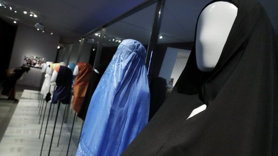 Diverse head coverings are displayed in a Berlin Jewish Museum exhibition (30 March 2017)