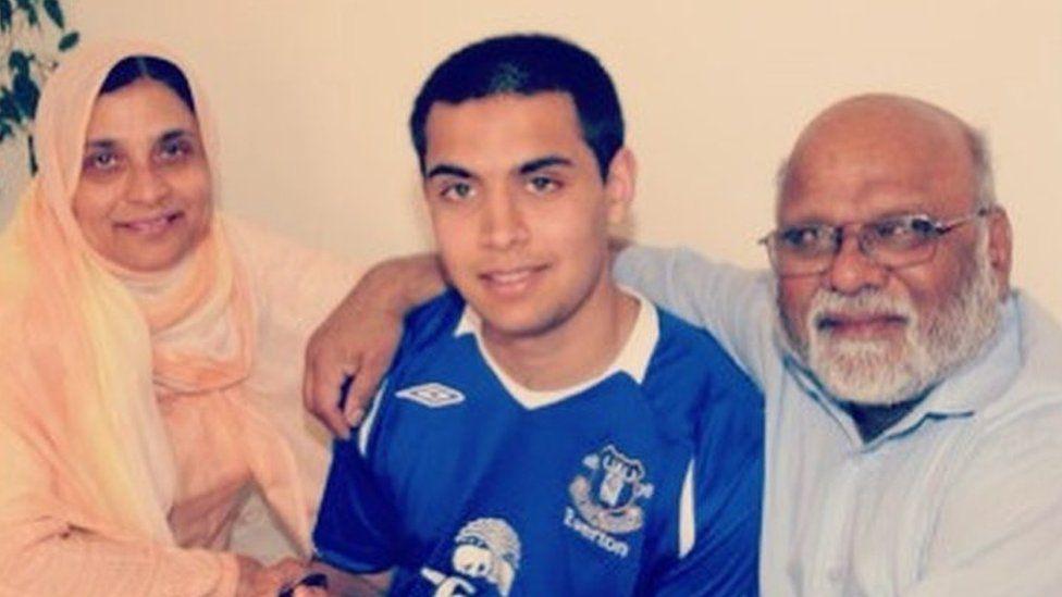 Aamir gyda'i rieni, Parveen a Sheikh Iqbal Ahmed