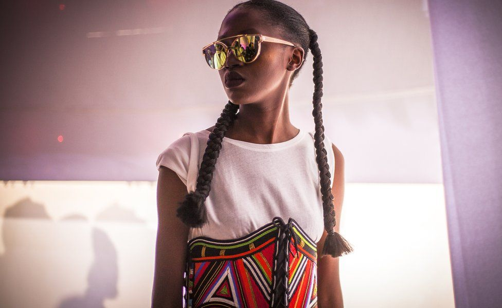 Un mannequin portant un accessoire coloré et artisanal de la marque Moyo By Bibi pendant la Semaine de la mode de Dakar, au Sénégal.