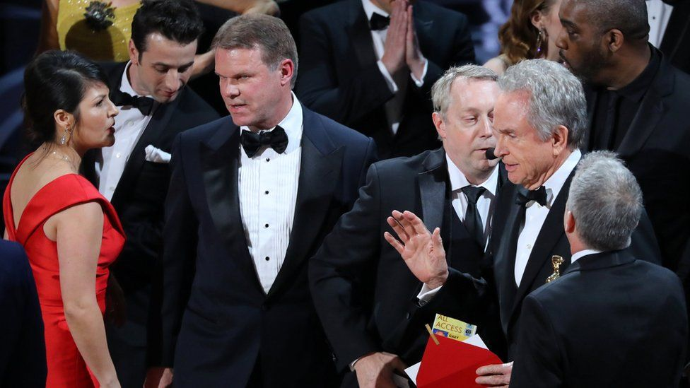 Confusion on stage after the best picture Academy Award was wrongly announced